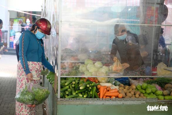 Tiểu thương chợ truyền thống TP.HCM niêm yết giá thực phẩm theo ngày - Ảnh 3.