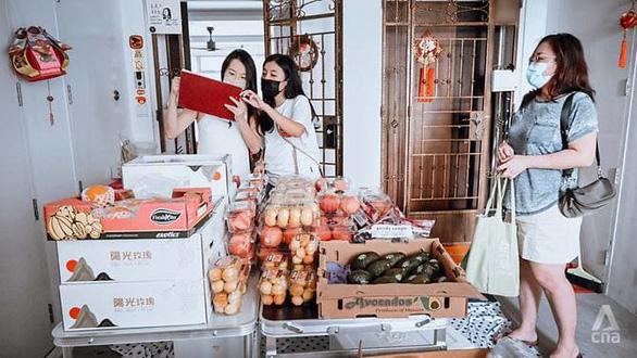 Giãn cách ở Singapore: Mua hàng chung ở chung cư, nhiều bên có lợi - Ảnh 1.