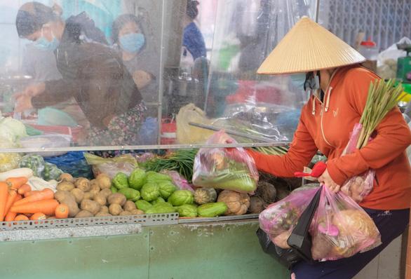 Chủ tịch UBND TP.HCM: Chợ quá đông có thể dời sạp ra ngoài, kẻ vạch để bán - Ảnh 4.