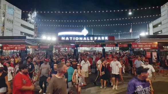 Hàng ngàn khán giả bỏ chạy tán loạn khi đang xem bóng chày ở Mỹ vì súng nổ - Ảnh 1.