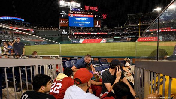 Hàng ngàn khán giả bỏ chạy tán loạn khi đang xem bóng chày ở Mỹ vì súng nổ - Ảnh 2.