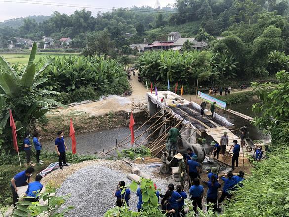 Đồng loạt trồng cây, xây cầu trong ngày cao điểm tình nguyện - Ảnh 1.