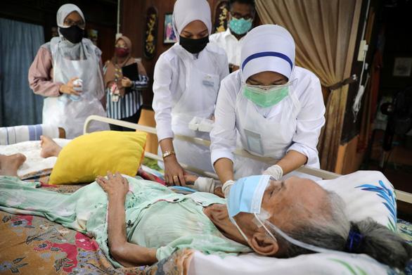 Singapore kêu gọi người già chưa tiêm vắc xin ở trong nhà - Ảnh 4.