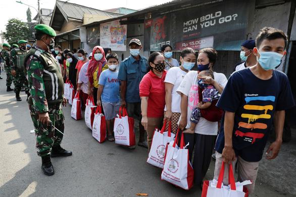 Singapore kêu gọi người già chưa tiêm vắc xin ở trong nhà - Ảnh 2.