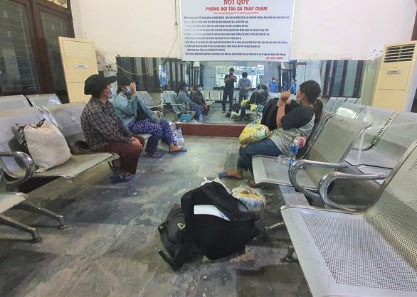 4 mẹ con đạp xe về Nghệ An đang chờ tàu về quê - Ảnh 2.