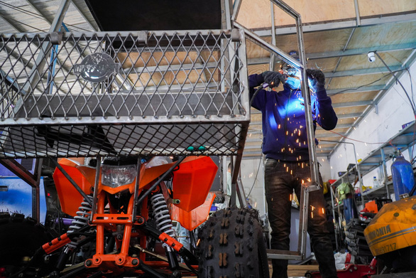 Chế tạo xe chống dịch mang thực phẩm đến với người dân phong tỏa - Ảnh 2.