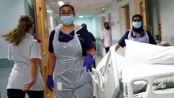 Anh cho đội ngũ y tế miễn cách ly sau phơi nhiễm COVID-19 - Ảnh 1.