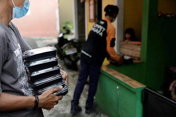 Indonesia phát thức ăn cho bệnh nhân COVID-19 cách ly tại nhà - Ảnh 1.