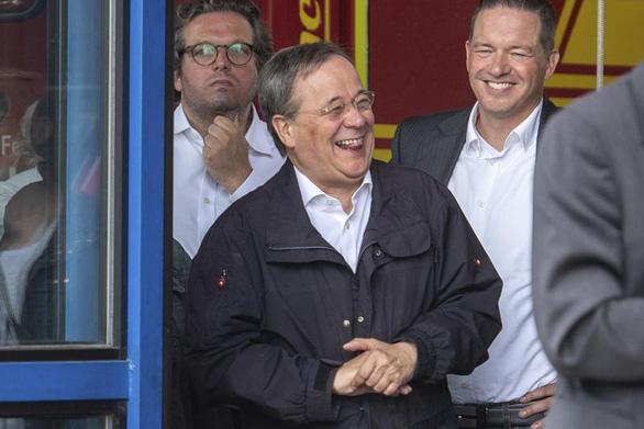 Thống đốc bang của Đức xin lỗi vì cười khi đi thăm vùng thiên tai - Ảnh 1.