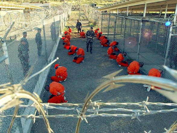 Chính quyền ông Biden chuyển tù nhân đầu tiên khỏi nhà tù Guantanamo khét tiếng - Ảnh 1.
