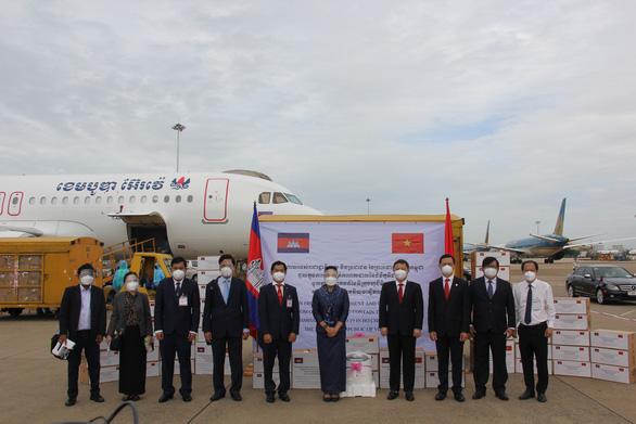 Chuyến hàng hỗ trợ chống dịch COVID-19 của Campuchia tới TP.HCM - Ảnh 1.