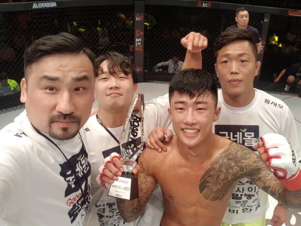 Cao thủ Hàn Quốc dùng võ jiu-jitsu cứu người phụ nữ thoát chết trước chó dữ - Ảnh 1.