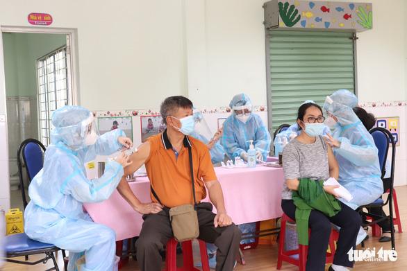 Sở Y tế TP.HCM đề xuất rút ngắn thời gian theo dõi sau tiêm vắc xin và xét nghiệm kiểm tra F0, F1 - Ảnh 1.