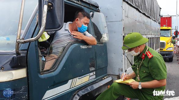 Tài xế 'dài cổ' chờ 3-4 tiếng sau khi Hải Phòng yêu cầu dán logo xe chở hàng hóa - Ảnh 3.