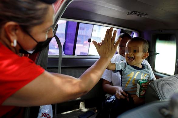 Bé 2 tuổi bị bỏ rơi khi vượt biên cùng cha đã được đưa về với mẹ - Ảnh 1.