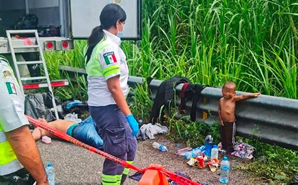 Bé 2 tuổi bị bỏ rơi khi vượt biên cùng cha đã được đưa về với mẹ - Ảnh 2.
