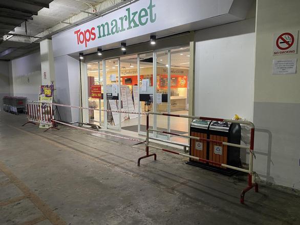 Siêu thị sầm uất Tops Market Thảo Điền bất ngờ bị giăng dây - Ảnh 1.