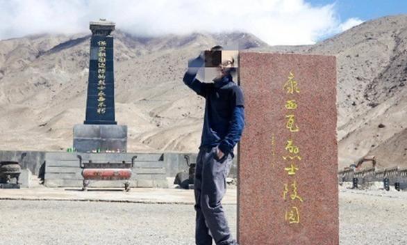 Blogger du lịch Trung Quốc bay màu vì check-in với bia mộ - Ảnh 1.