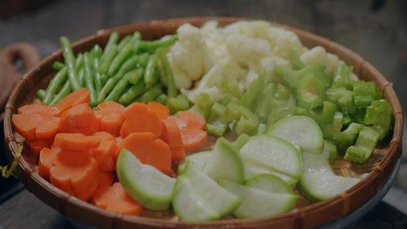 Khói Lam Chiều Mỹ Duyên luộc rau củ chấm kho quẹt, rất bắt cơm - Ảnh 4.