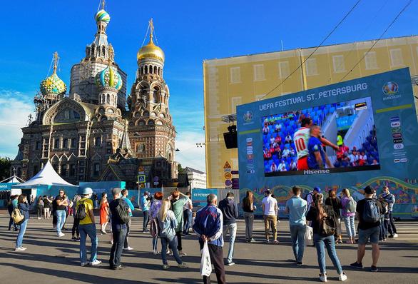 با وجود رکورد بالای مرگ ناشی از COVID-19 برای 4 روز متوالی ، روس ها هنوز هم برای تماشای یورو جمع می شوند - عکس 2.