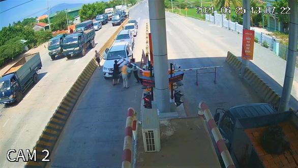 Xử phạt tài xế chạy ôtô ngược chiều, bẻ barie tại BOT Ninh Xuân - Ảnh 2.