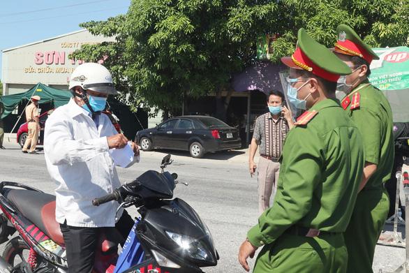 Nghệ An gỡ phong tỏa TP Vinh, chuyển sang giãn cách xã hội theo chỉ thị 15 - Ảnh 1.