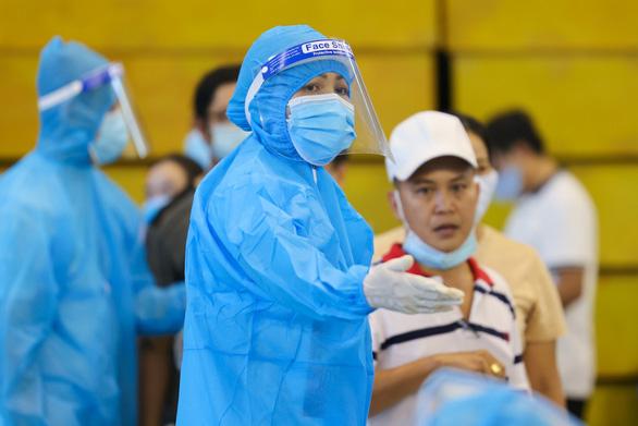 HHen Niê làm điều phối viên hướng dẫn người dân tại các điểm tiêm vắc xin - Ảnh 5.