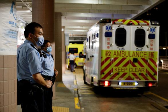 Một cảnh sát Hong Kong bị sói đơn độc đâm rách phổi - Ảnh 1.