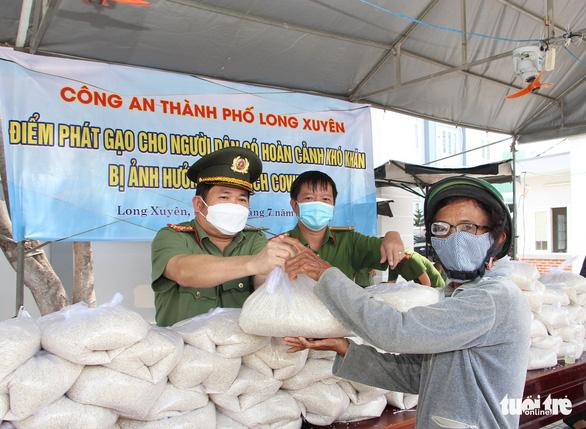 Giám đốc Công an An Giang vận động 36 tấn gạo tặng hộ nghèo trong dịch COVID-19 - Ảnh 2.