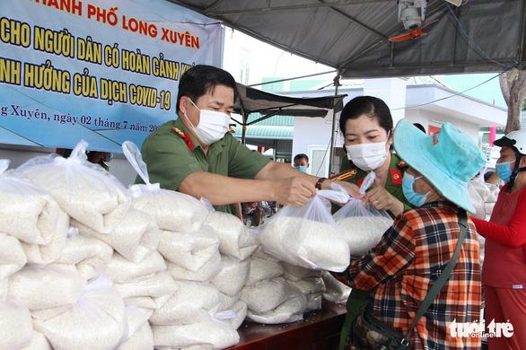 Giám đốc Công an An Giang vận động 36 tấn gạo tặng hộ nghèo trong dịch COVID-19 - Ảnh 1.