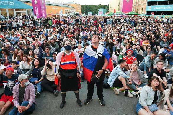 با وجود رکورد بالای مرگ ناشی از COVID-19 برای 4 روز متوالی ، روس ها هنوز هم برای تماشای یورو جمع می شوند - عکس 1.