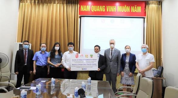 4 bang của Đức tặng Việt Nam 190.000 kit test COVID-19 - Ảnh 1.