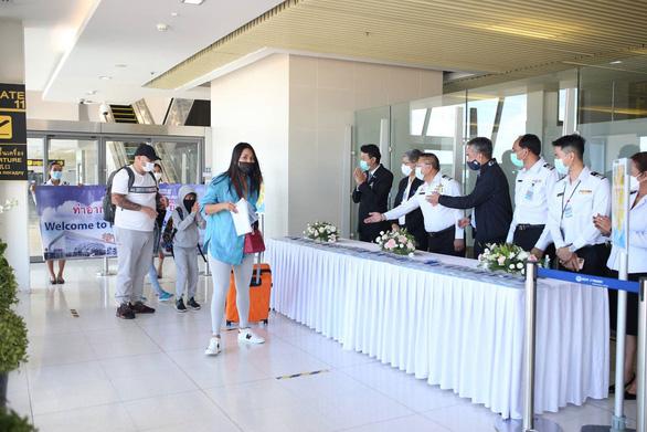 Phuket mở cửa, hàng trăm du khách đến ngay ngày đầu tiên - Ảnh 1.