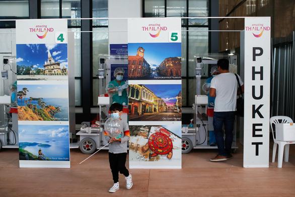 Phuket mở cửa, hàng trăm du khách đến ngay ngày đầu tiên - Ảnh 4.