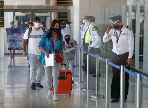 Phuket mở cửa, hàng trăm du khách đến ngay ngày đầu tiên - Ảnh 6.