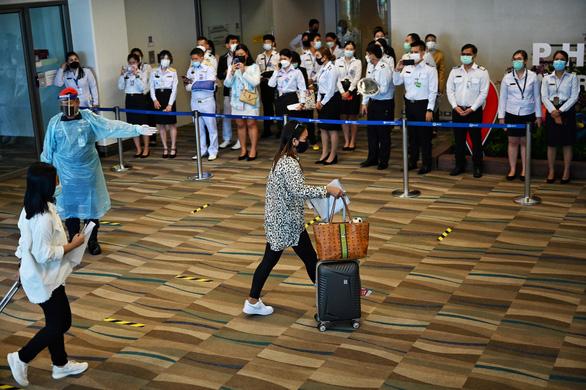 Phuket mở cửa, hàng trăm du khách đến ngay ngày đầu tiên - Ảnh 7.
