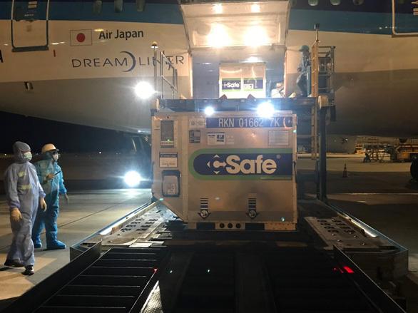 400.000 liều vắc xin Nhật Bản tặng tiếp tục hạ cánh TP.HCM lúc rạng sáng - Ảnh 2.