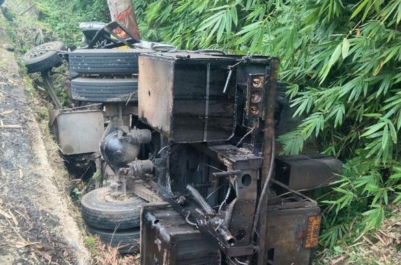Xe chở nhựa đường lọt mương nước trên đèo Bảo Lộc, 2 người chết - Ảnh 2.