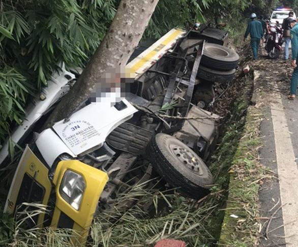 Xe chở nhựa đường lọt mương nước trên đèo Bảo Lộc, 2 người chết - Ảnh 1.
