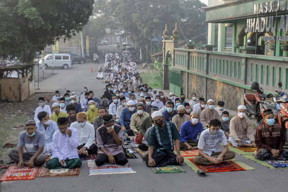 Hàng ngàn tín đồ tôn giáo tụ tập ở Indonesia, ca nhiễm cộng đồng tăng nhanh ở Singapore - Ảnh 2.