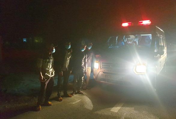 Xuyên đêm 'ứng cứu' 4 ngư dân đi bộ từ Ninh Thuận về quê Phú Yên tránh dịch - Ảnh 3.