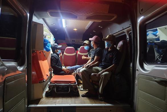 Xuyên đêm 'ứng cứu' 4 ngư dân đi bộ từ Ninh Thuận về quê Phú Yên tránh dịch - Ảnh 1.