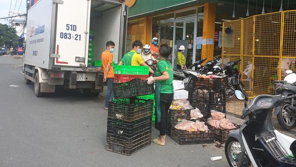 Siêu thị mang thịt, cá, rau... ra tận cửa bán, khách ghi đơn hàng nhờ đi chợ giùm - Ảnh 6.