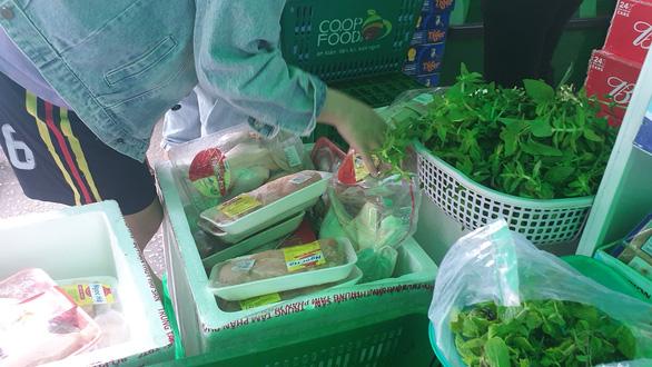 Siêu thị mang thịt, cá, rau... ra tận cửa bán, khách ghi đơn hàng nhờ đi chợ giùm - Ảnh 3.