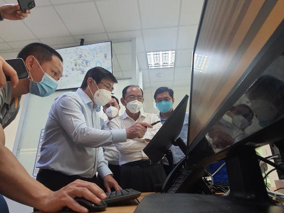 Chủ tịch Nguyễn Thành Phong kiểm tra công tác điều phối cấp cứu bệnh nhân mắc COVID-19 nặng - Ảnh 3.