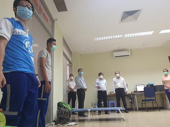 Chủ tịch Nguyễn Thành Phong kiểm tra công tác điều phối cấp cứu bệnh nhân mắc COVID-19 nặng - Ảnh 5.