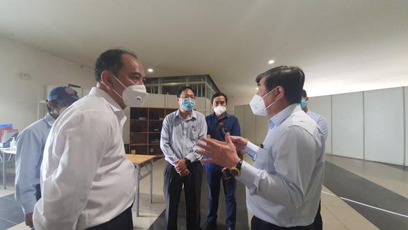 Chủ tịch Nguyễn Thành Phong kiểm tra công tác điều phối cấp cứu bệnh nhân mắc COVID-19 nặng - Ảnh 2.