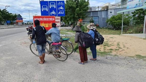 4 mẹ con đạp xe về Nghệ An đang chờ tàu về quê - Ảnh 5.