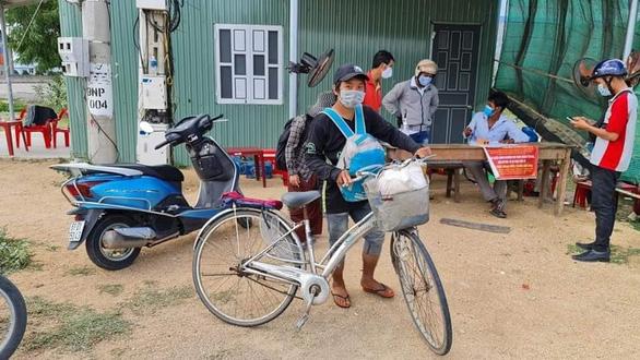4 mẹ con đạp xe về Nghệ An đang chờ tàu về quê - Ảnh 6.