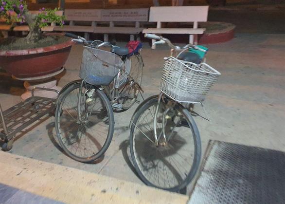 4 mẹ con đạp xe về Nghệ An đang chờ tàu về quê - Ảnh 3.